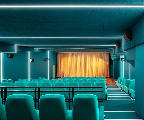 Delphi LUX, theater 1, colors cyan and turquoise, led lights at the ceiling, yellow curtain, Photo by Daniel Horn
