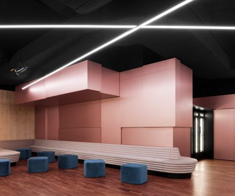 Delphi LUX, main foyer with lounge and seating area, black ceiling, wall in copper look, entrance to luxbox, led lights at the ceiling, Photo by Daniel Horn